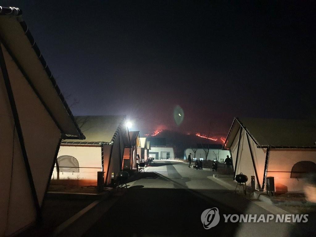 2月21日晚,庆尚北道安东市临东面辋川里一处露营地附近的小山出现火情。 韩联社