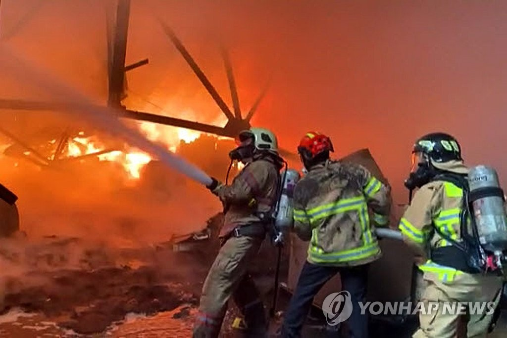 消防人员灭火