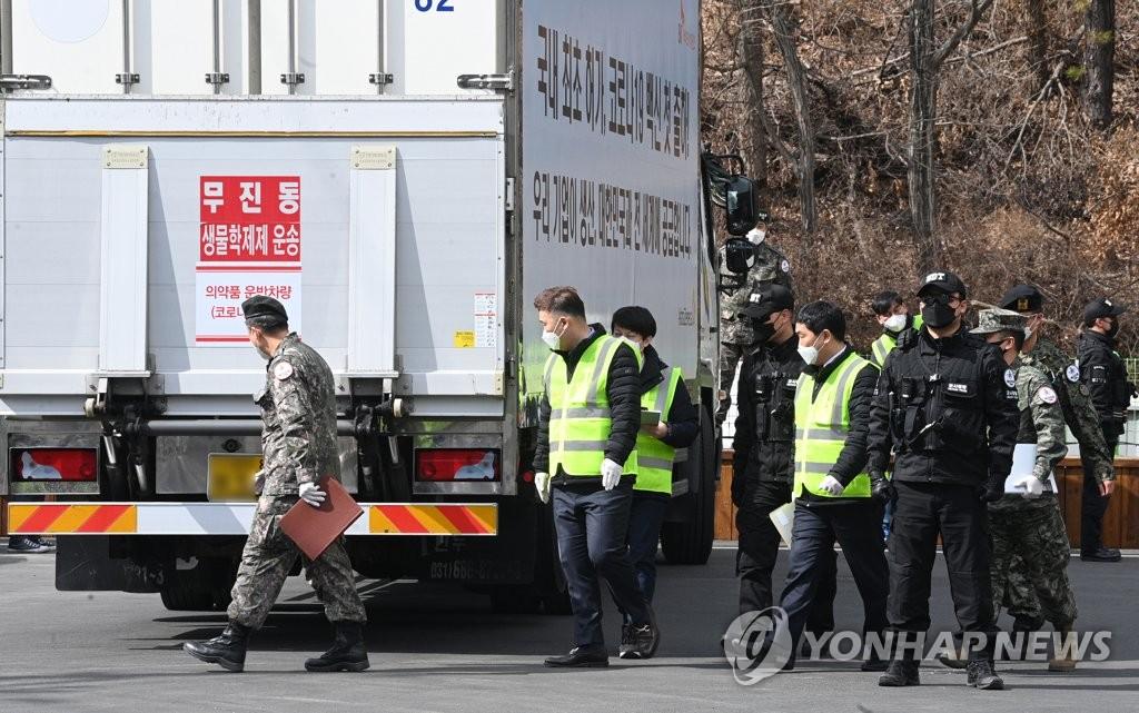 2月24日,运输阿斯利康疫苗的运输车驶入京畿道利川物流中心。 韩联社/联合摄影采访团