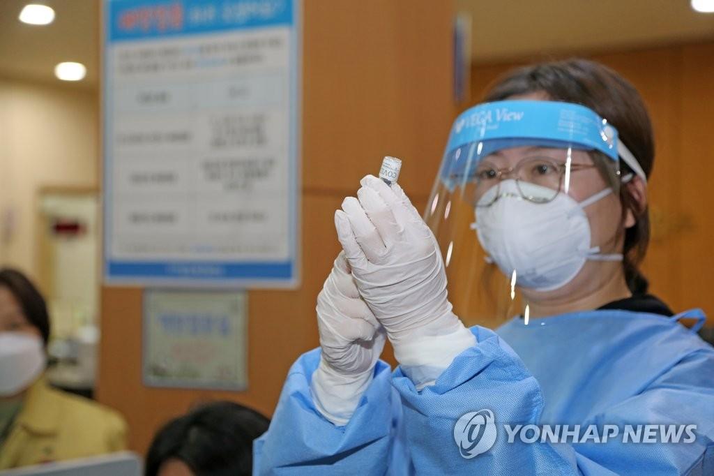 2月25日,在庆尚北道浦项市北区卫生所,一名护士正在进行新冠疫苗接种模拟演练。 韩联社