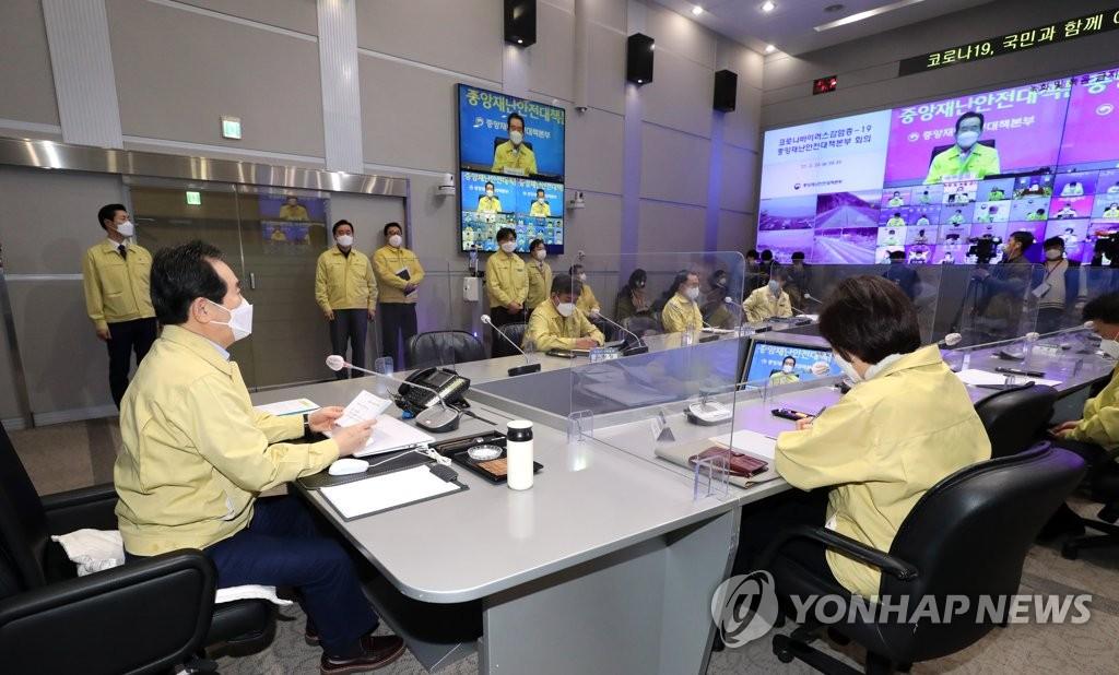 2月26日上午,在首尔市的中央政府办公楼,国务总理丁世均主持召开应对新冠疫情中央灾害安全对策本部会议。 韩联社
