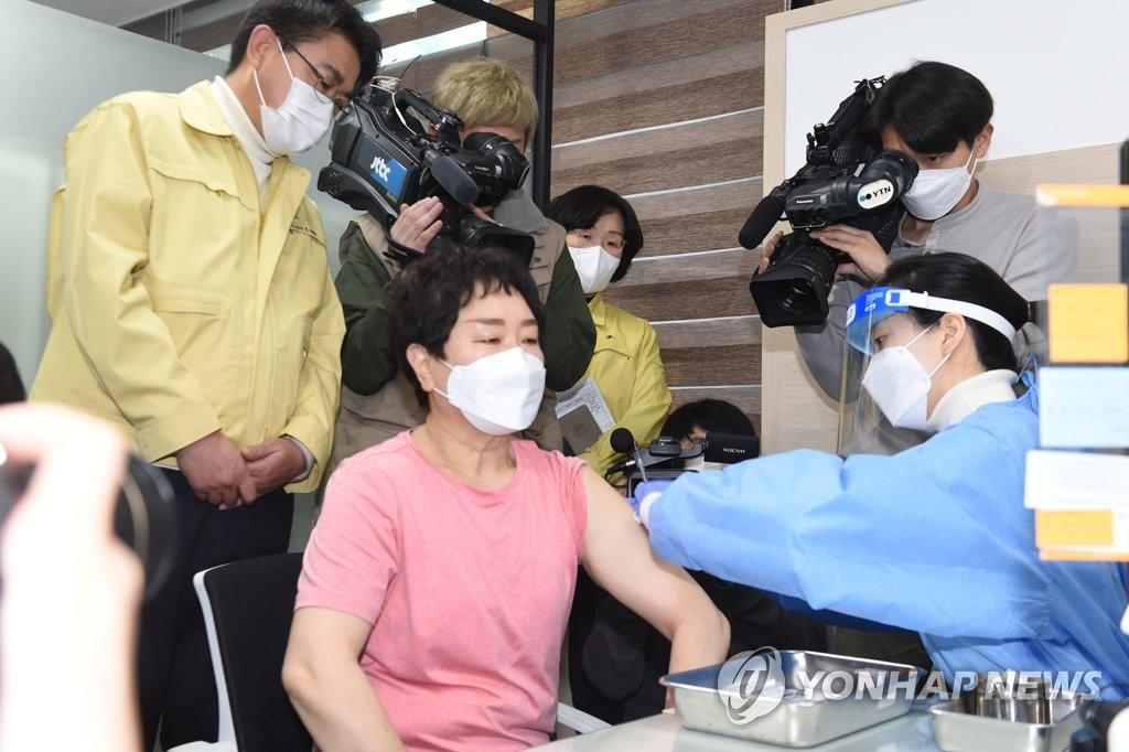 首尔市新冠疫苗首位接种者