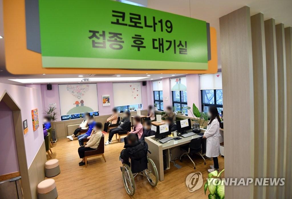 资料图片:2月26日,在釜山海云台区卫生站,接受新冠疫苗接种的疗养设施入住人员和工作人员在等候区观察是否出现异常反应。 韩联社/联合采访团