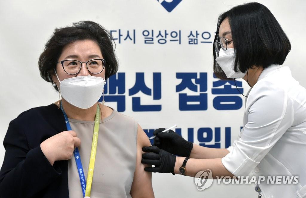 2月27日,位于首尔中区的国立中央医疗院内中央预防接种中心率先开启辉瑞疫苗接种工作。 韩联社/京畿道共同摄影团