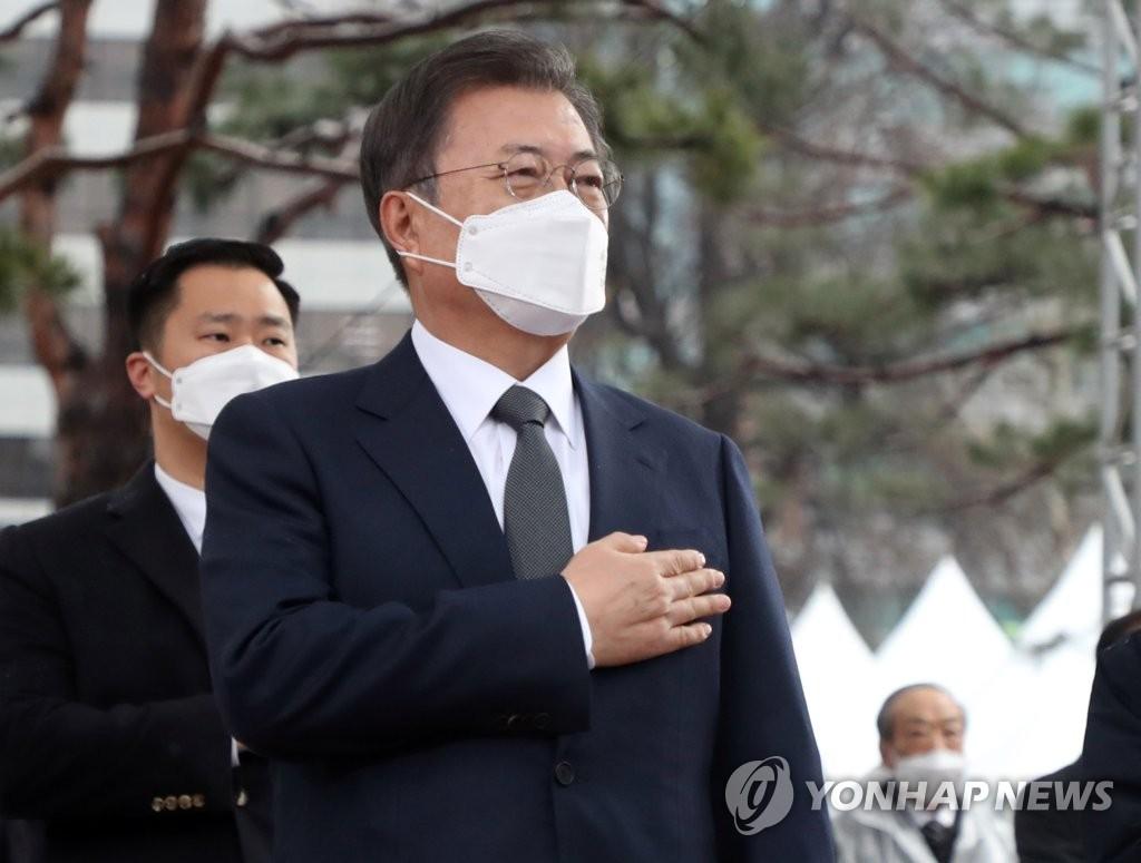3月1日,在首尔钟路区的塔谷公园,韩国总统文在寅出席三一独立运动102周年纪念活动并向国旗行礼。 韩联社