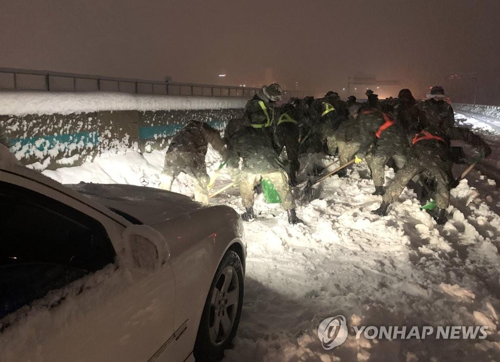 韩江原道突降暴雪致交通事故激增