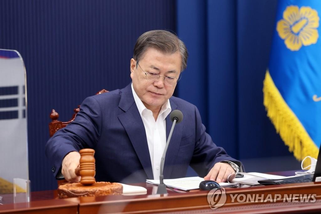 3月2日,在青瓦台,文在寅出席国务会议。 韩联社