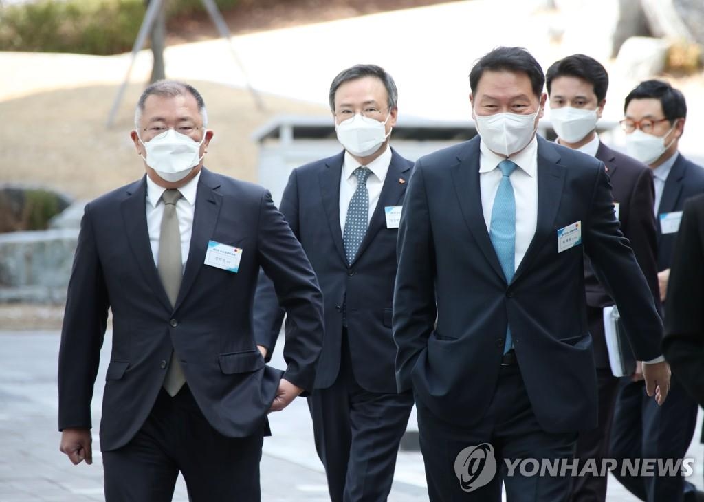 资料图片:现代汽车集团会长郑义宣(前排左)和SK集团会长崔泰源(前排右) 韩联社