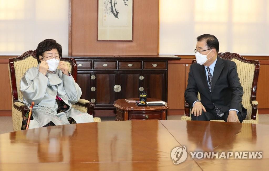 3月3日,在位于首尔市的外交部办公大楼,外交部长官郑义溶(右)会见慰安妇受害者李容洙。 韩联社