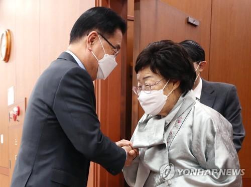 韩外长与慰安妇受害者面谈