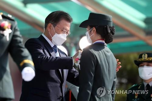 文在寅为国军看护士官毕业生授衔