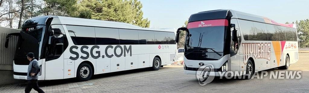 3月5日,在仁川市弥邹忽区的球场,工作人员在SK飞龙队专用巴士上张贴新世界标识。 韩联社