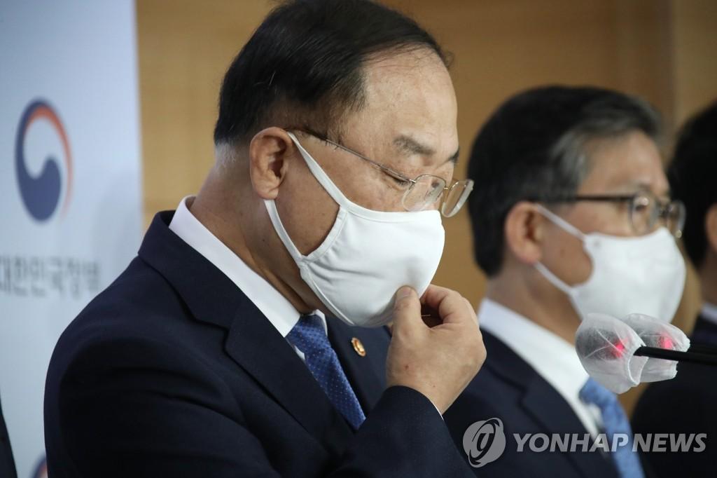 3月7日,在韩国中央政府首尔办公楼,经济副总理兼企划财政部长官洪楠基在发言。 韩联社