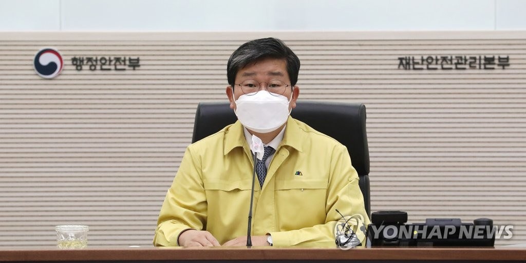 3月8日,在中央政府世宗办公楼,行政安全部长官全海澈主持召开应对新冠疫情的中央灾难安全对策本部会议。 韩联社