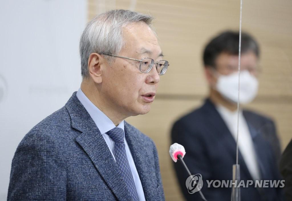 3月8日,在疾病管理本部,预防接种受害调查组组长、首尔医疗院少儿青少年科科长金重崑在记者会上发言。 韩联社