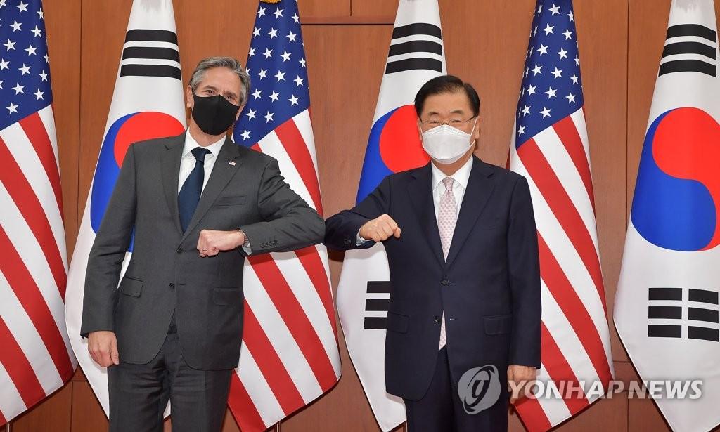 资料图片:3月17日,在首尔市外交部大楼,韩国外交部长官郑义溶(右)和美国国务卿布林肯碰肘代替握手。 韩联社/联合摄影团