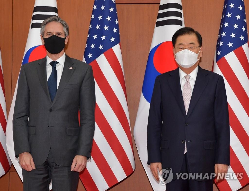 3月17日,在首尔市外交部大楼,韩国外交部长官郑义溶(右)和美国国务卿布林肯合影留念。 韩联社/联合摄影记者团