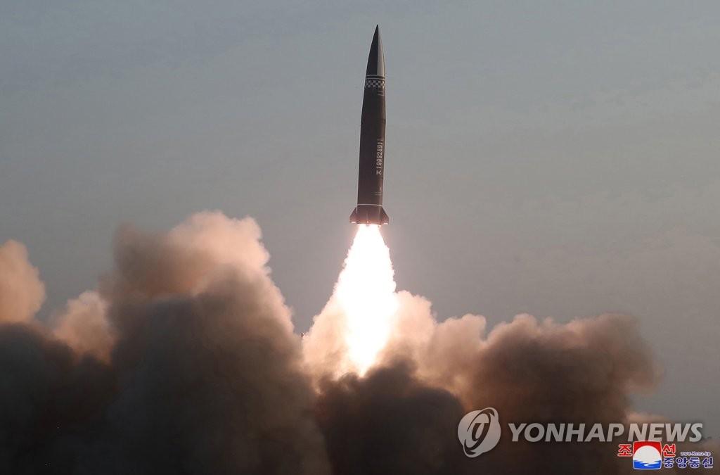 据朝中社3月26日报道,朝鲜国防科学院前一日试射两枚新型战术导弹。此次试射采用改进型武器系统,弹头重量为2.5吨。 韩联社/朝中社(图片仅限韩国国内使用,严禁转载复制)