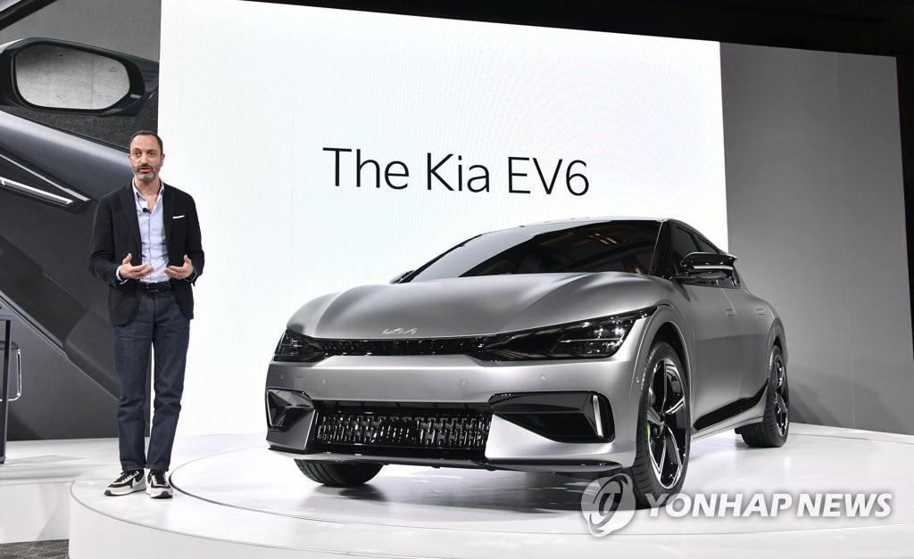 """资料图片:3月30日,韩国汽车巨头起亚首次公开旗下电动汽车专属品牌首款车型""""The Kia EV6""""。EV6是起亚基于其母公司现代汽车的电动汽车专用平台E-GMP研制的首款专用电动汽车。 韩联社/起亚供图(图片严禁转载复制)"""