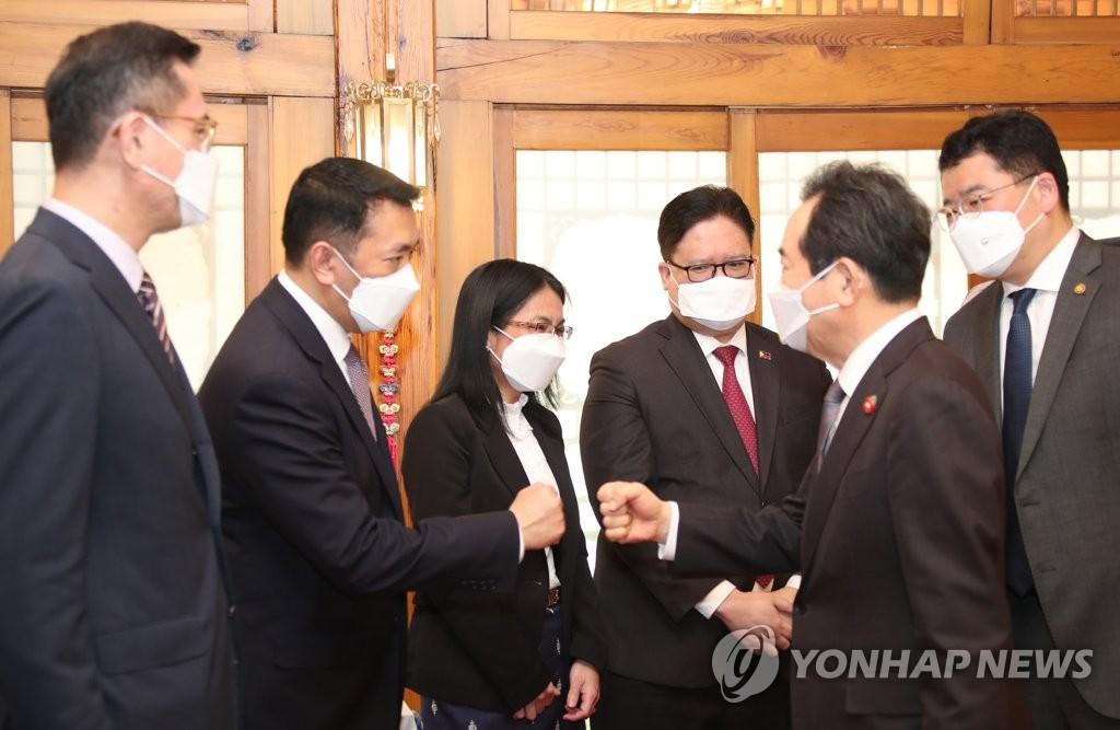 韩总理同东盟大使团座谈吁叫停缅甸军警暴力