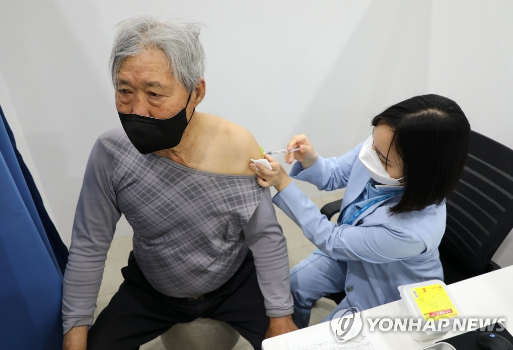 4月1日,在首尔市城东区区政厅的新冠疫苗预防接种中心,一位老人接种新冠疫苗。韩国当天起启动面向75岁以上人群的接种工作。 韩联社