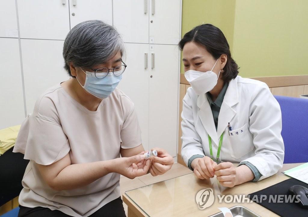 4月1日,在忠清北道清州市兴德区卫生站,韩国疾病管理厅厅长郑银敬(左)准备接种阿斯利康新冠疫苗。 韩联社