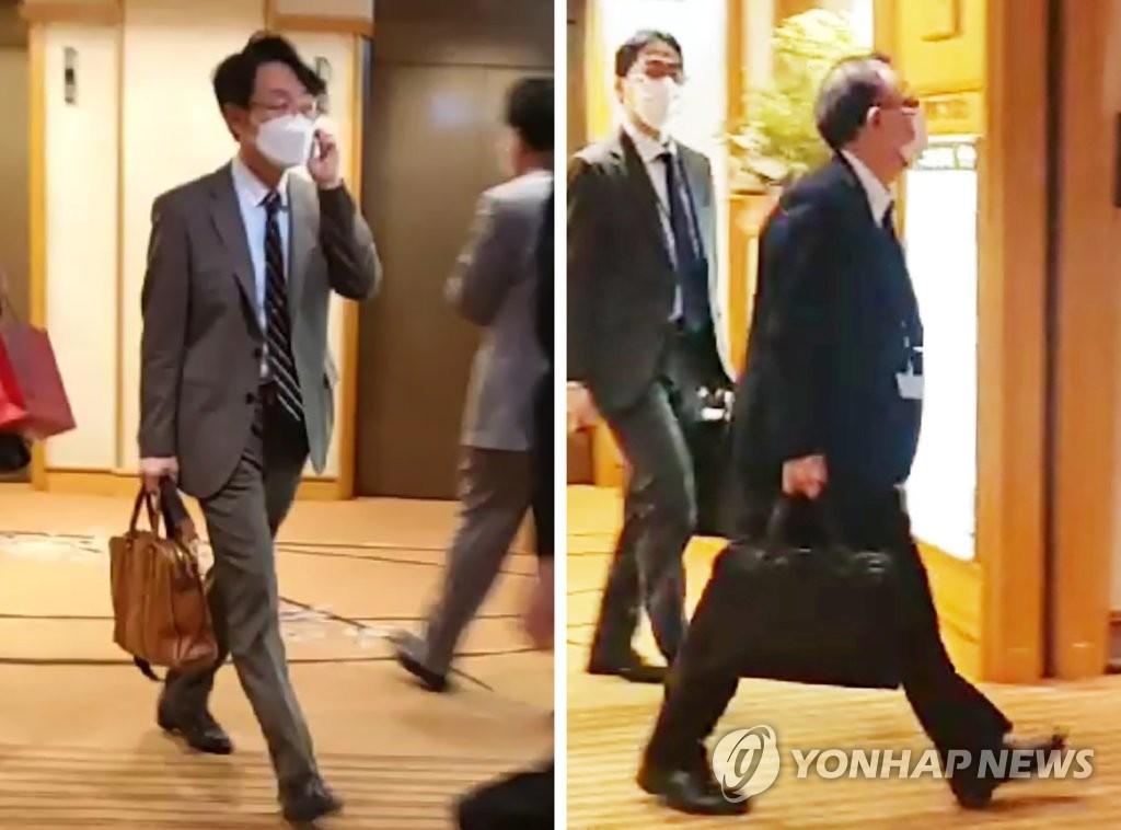 资料图片:2021年4月1日,在位于日本东京的一家酒店,韩国外交部亚太局局长李相烈(左)和日本外务省亚洲大洋洲局局长船越健裕举行部长级会议后离场。 韩联社
