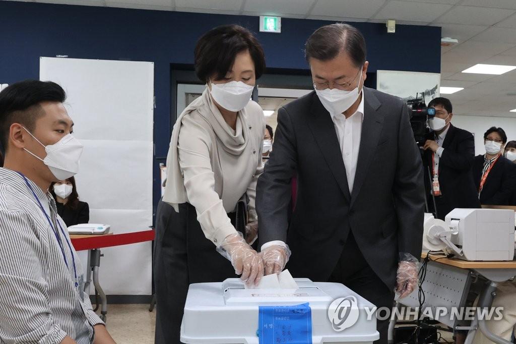 文在寅夫妇进行首尔市长补选缺席投票