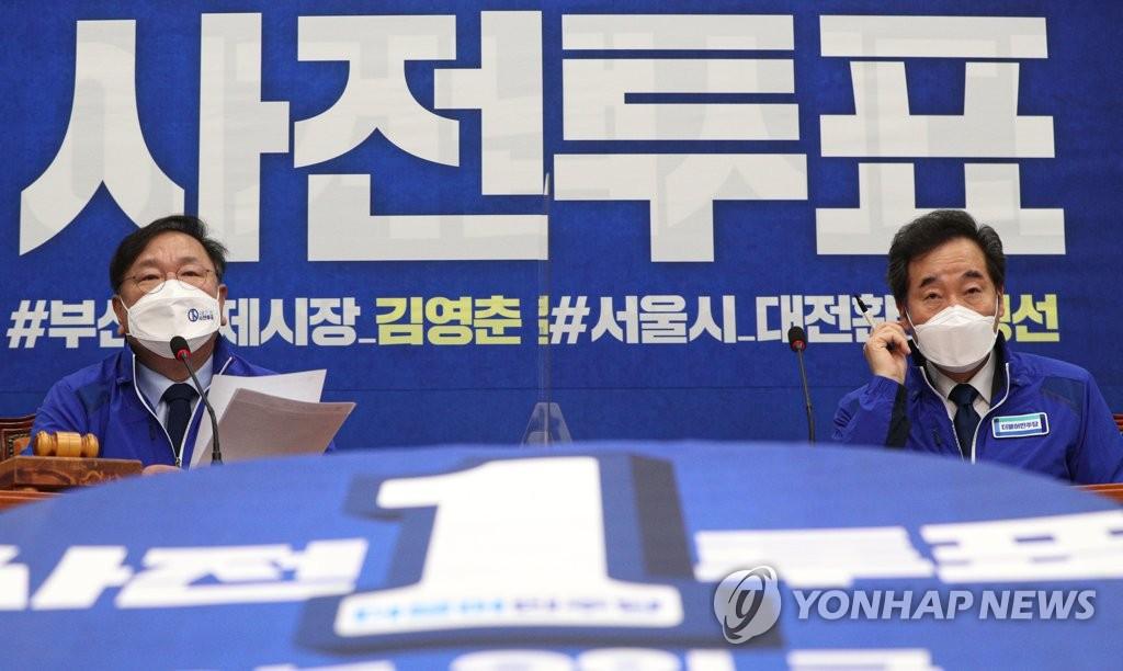 4月2日,民主党党鞭兼代理党首金太年(左)在中央选举对策委员会会议上发言。 韩联社