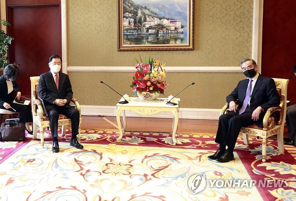 4月3日,在厦门海悦山庄酒店,韩国外交部长官郑义溶(左)与中国国务委员兼外交部长王毅(右)举行会谈。 韩联社
