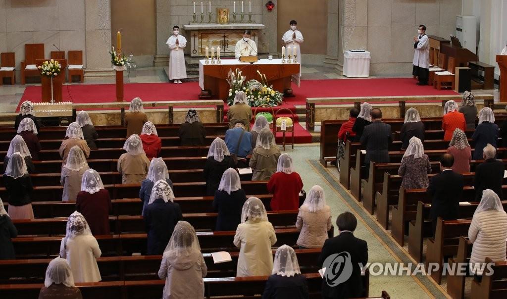 资料图片:4月4日上午,在首尔永登浦区道林洞天主教堂,教徒们参加复活节弥撒。 韩联社