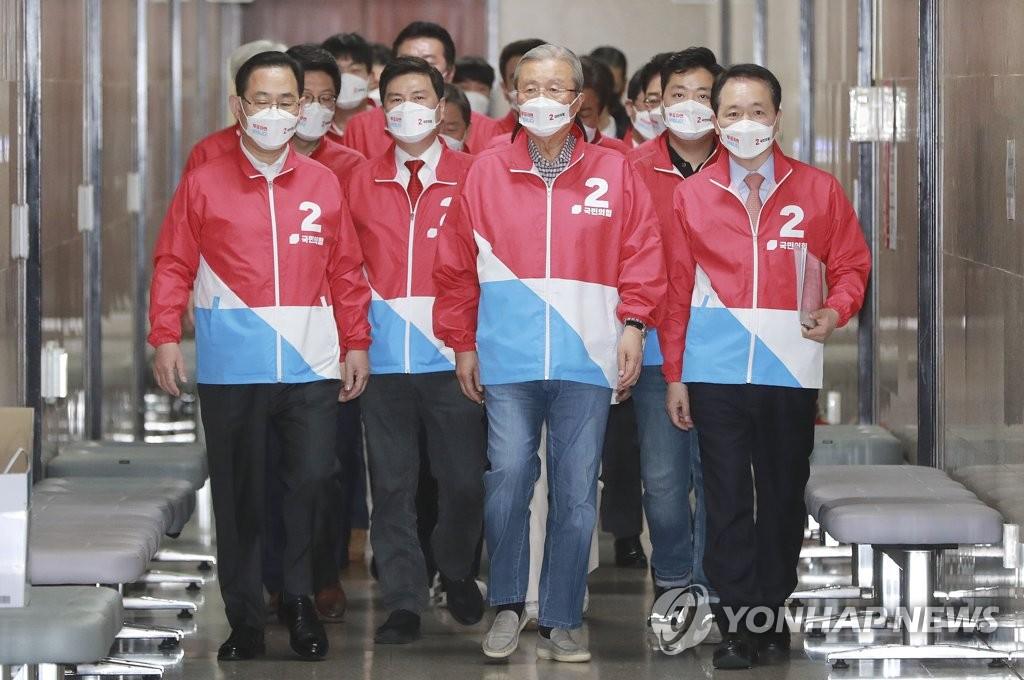 资料图片:在野党国民力量拉票。 韩联社