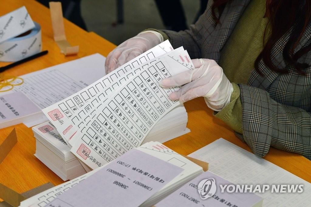 4月5日,距离首尔市长补选还有两天,首尔市永登浦区选举管理委员会的工作人员正在验收选票。 韩联社