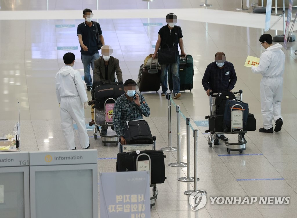 春季出行量增加,变异病毒感染病例不断发生导致韩国境内新冠疫情形势持续严峻,防疫部门保持高度警惕。图为4月6日上午的仁川机场第一航站楼国际到达大厅。 韩联社