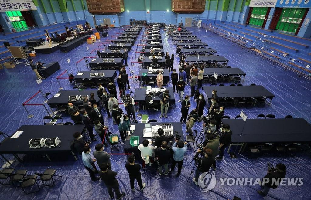 韩国地方议员和政府领导再补选投票开始