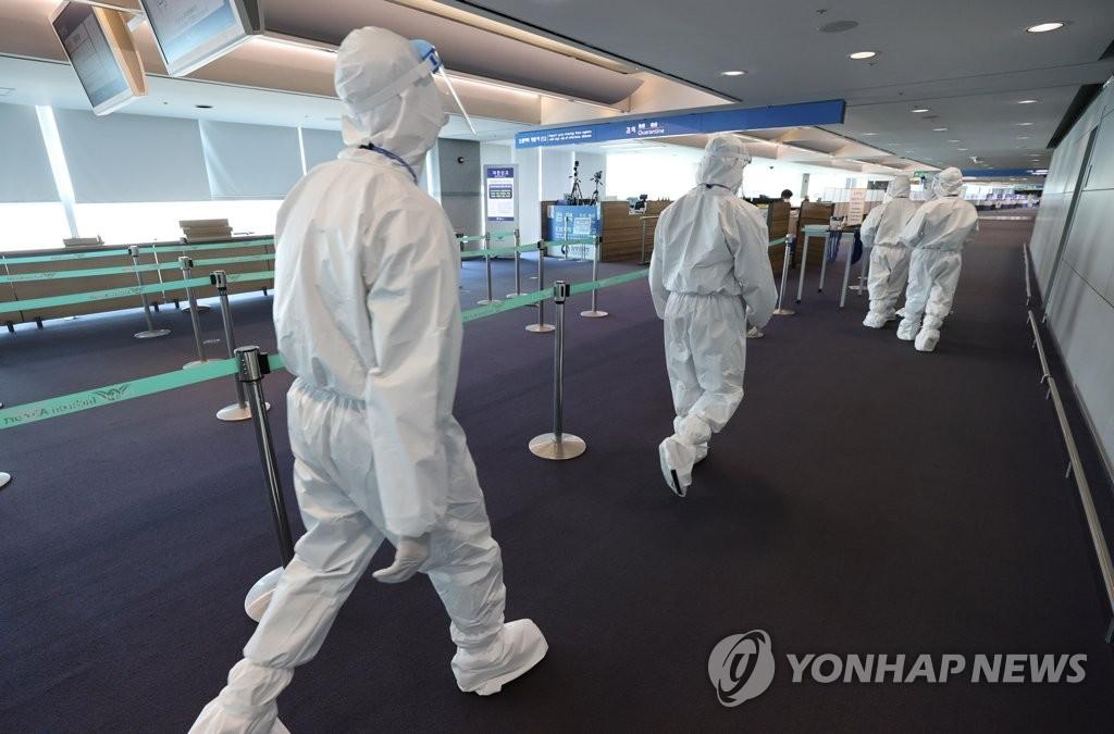 资料图片:仁川国际机场第一航站楼到达大厅检疫站,摄于4月6日。 韩联社