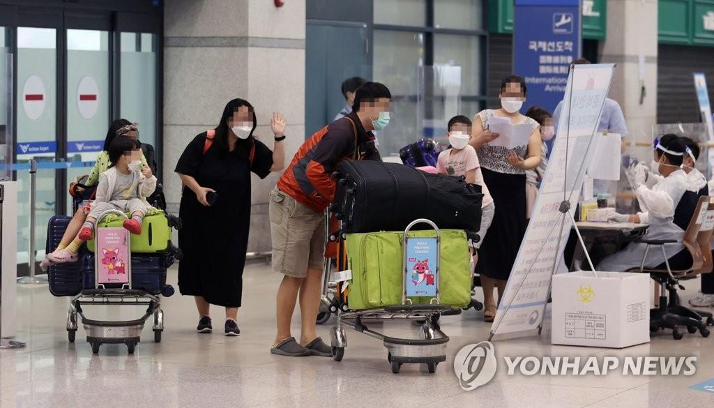 4月7日,在仁川国际机场,搭乘临时航班从缅甸撤离的韩侨走出到达大厅。 韩联社