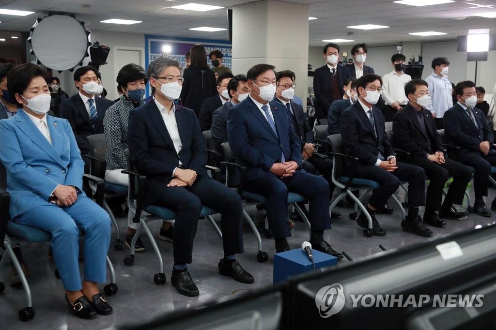 4月7日,共同民主党领导班子收看出口民调结果。 韩联社