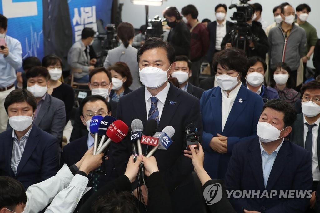 资料图片:共同民主党釜山市长候选人金荣春 韩联社