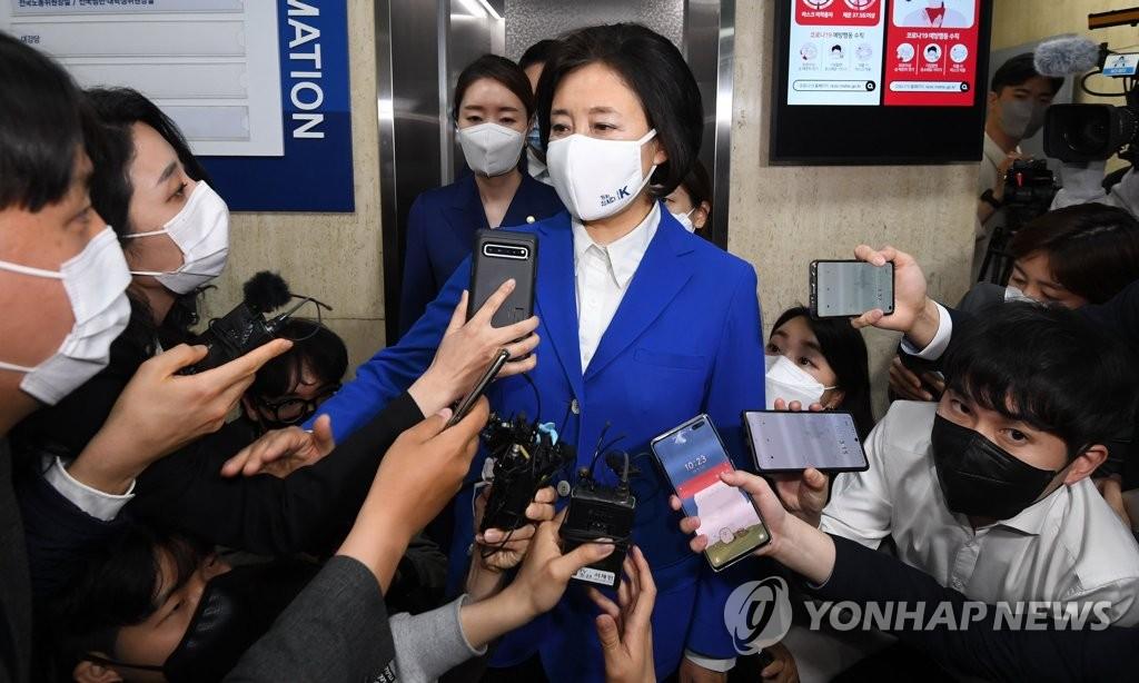 4月7日晚,在位于首尔市汝矣岛的共同民主党办公大楼,首尔市长补选执政党候选人朴映宣在出口民调结果出炉后发表立场。 韩联社