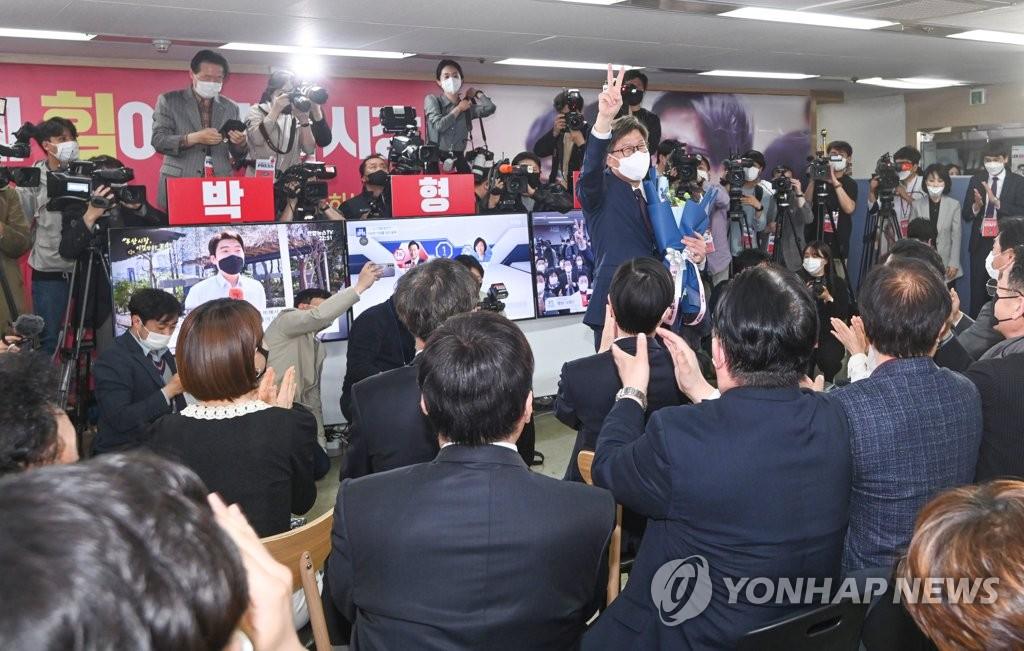 4月7日,在釜山市镇区的选举办公室,釜山市长补选国民力量党候选人朴亨埈举臂庆祝当选大势已定。 韩联社