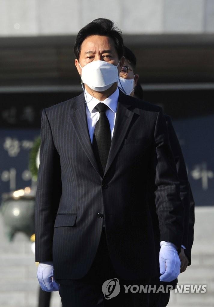 4月8日,新任首尔市长吴世勋前往国立首尔显忠院参拜。 韩联社(国会摄影记者团)
