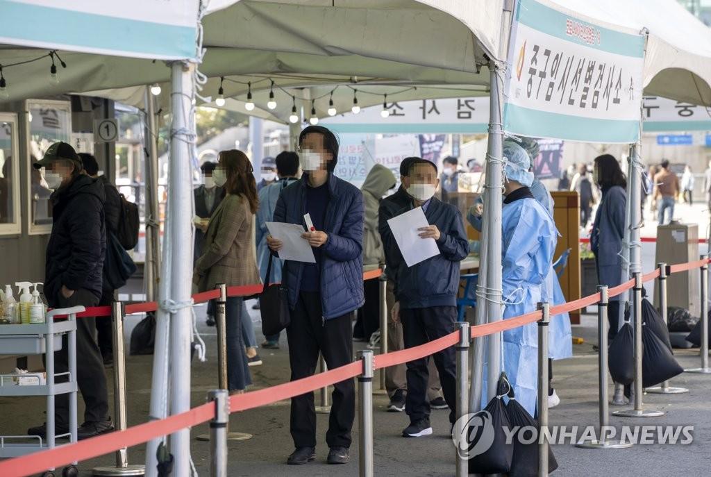 资料图片:市民在临时筛查诊所排队接受病毒检测。 韩联社