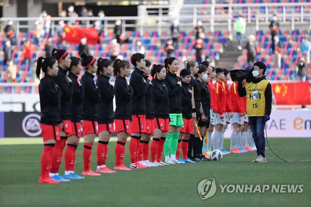 4月8日,东京奥运会女足亚洲区预选赛附加赛韩中对阵的首场比赛在位于韩国京畿道高阳市的高阳综合运动场打响。图为韩国队在赛前向国旗敬礼。 韩联社