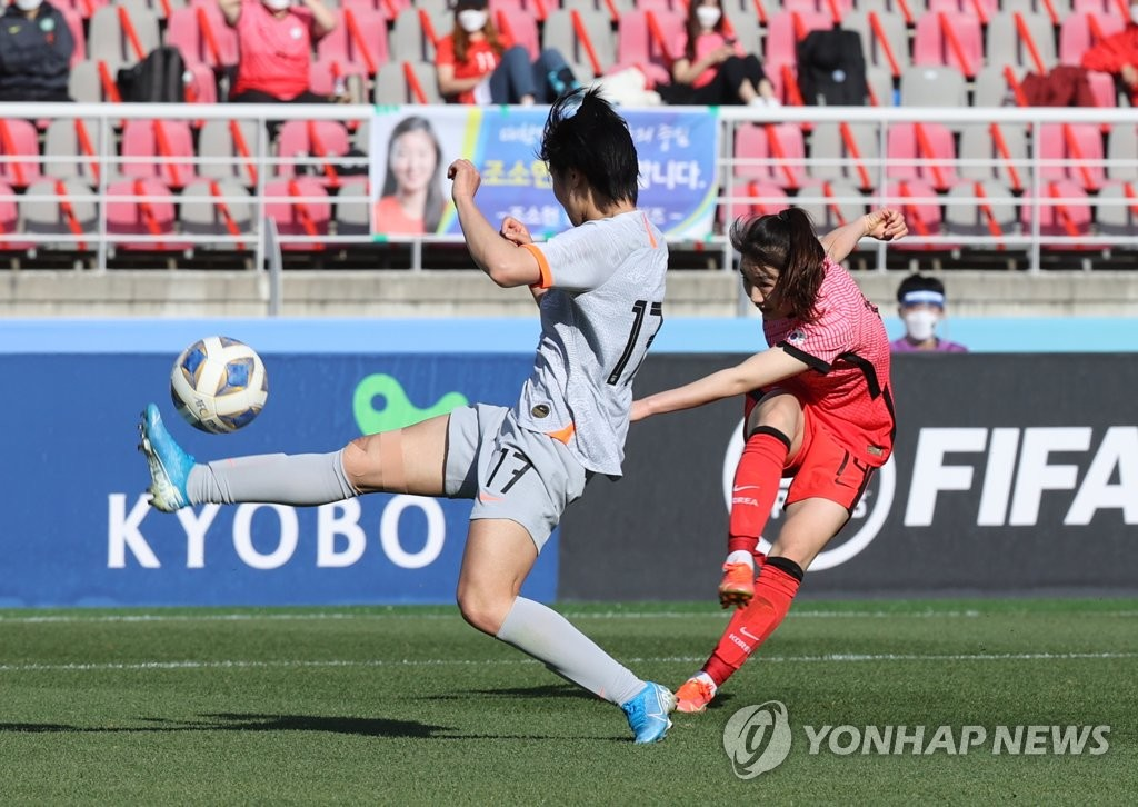 资料图片:4月8日,东京奥运会女足亚洲区预选赛附加赛韩中对阵的首场比赛在位于韩国京畿道高阳综合运动场打响。中国队率先破门后,韩国队(右)姜綵林将比分扳平。 韩联社