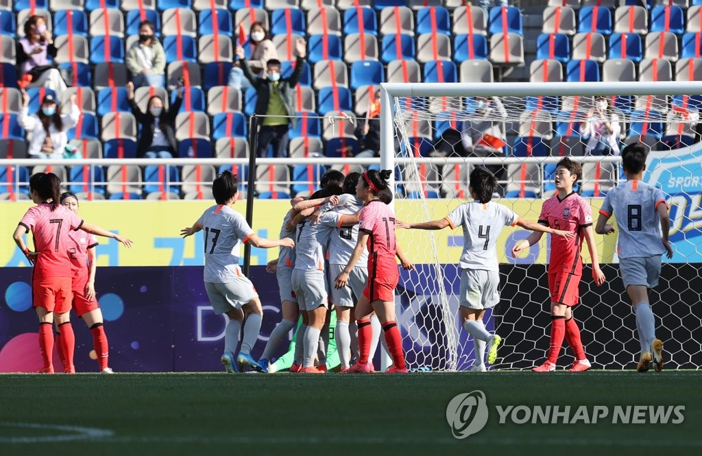 4月8日,东京奥运会女足亚洲区预选赛附加赛韩中对阵的首场比赛在位于韩国京畿道高阳综合运动场打响。图为中国队(白衣)欢呼庆祝破门。 韩联社
