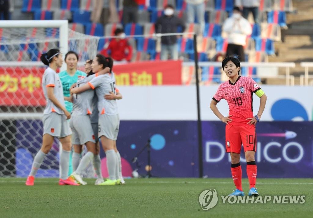 4月8日,东京奥运会女足亚洲区预选赛附加赛韩中对阵的首场比赛在位于韩国京畿道高阳市的高阳综合运动场举行。韩国队在两回合较量中失去先机,以1比2惜败于中国队。图为韩国女足队长池笑然(右)一脸遗憾。 韩联社