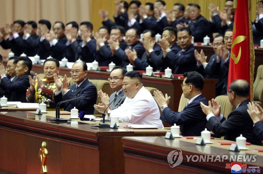 据朝中社4月9日报道,朝鲜劳动党第六次细胞书记大会从6日举行,为期3天。图为劳动党总书记金正恩(第一排右三)听取报告。 韩联社/朝中社(图片仅限韩国国内使用,严禁转载复制)