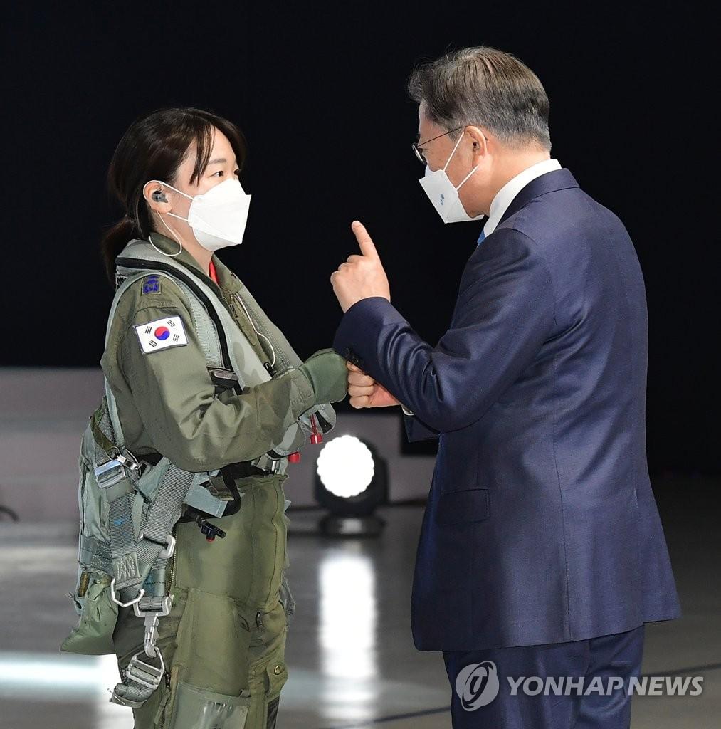 4月9日,在庆尚南道泗川市的韩国航空宇宙产业(KAI),韩国总统文在寅(右)出席新一代战机KF-21原型机下线仪式并勉励飞行员。 韩联社
