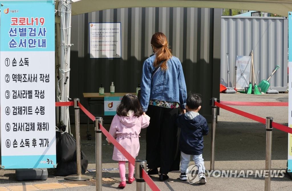 资料图片:市民前往临时筛查诊所接受病毒检测。 韩联社